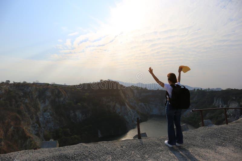 Изумляя Таиланд, азиатский путешественник девушки с рюкзаком наслаждаясь и стоя на горах chonburi гранд-каньона стоковое фото rf