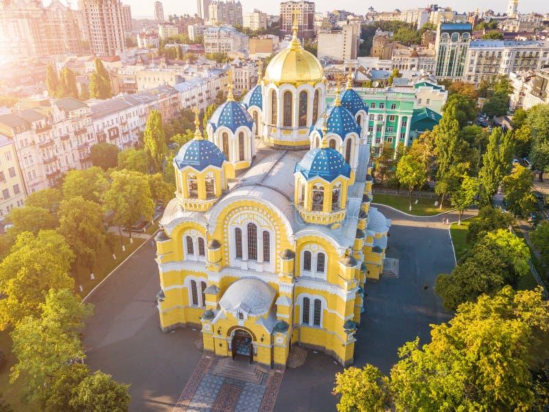 Изумляя церковь Украины Kyiv Киева красивая Собор ` s St Volodymyr Верхняя часть соперничает от фото антенны трутня Турист Famous стоковые фото