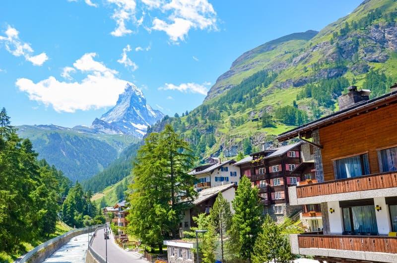 Изумляя Zermatt, Швейцария Красивый высокогорный ландшафт в предпосылке с доминантной горой Маттерхорна Швейцарские Альп, естеств стоковое фото rf