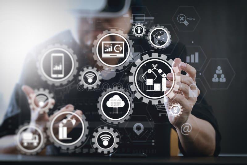 изумлённые взгляды виртуальной реальности бизнесмена нося в современном острословии офиса стоковое изображение