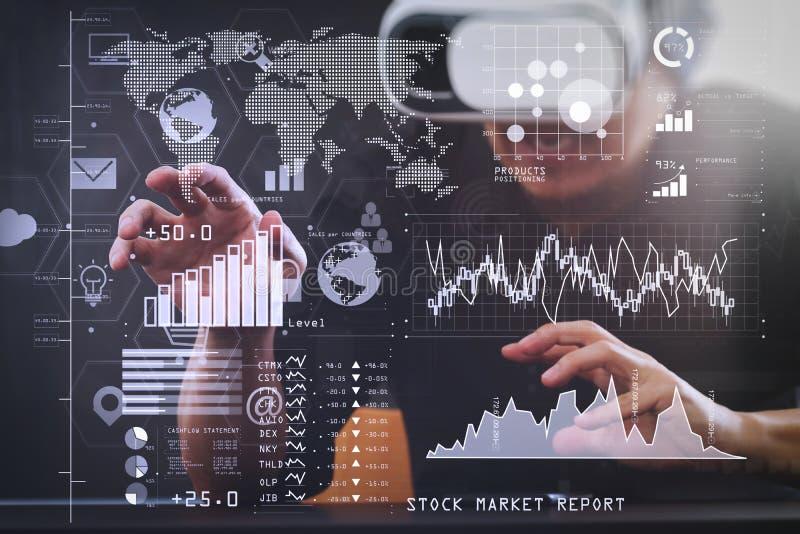 изумлённые взгляды виртуальной реальности бизнесмена нося в современном острословии офиса стоковые изображения