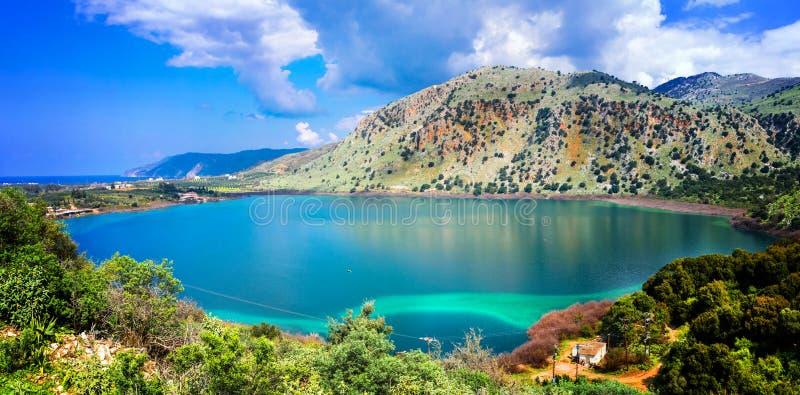 Изумрудное озеро Kournas в острове Крита, Греции стоковые фотографии rf