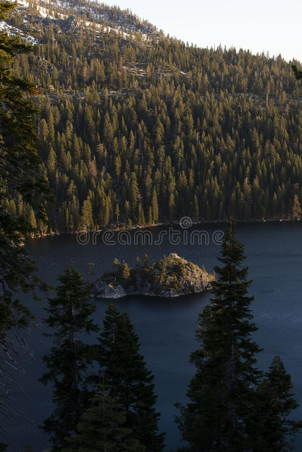 Изумрудные залив и остров на восходе солнца, южное Лаке Таюое Fannette, Калифорния, Соединенные Штаты стоковые фотографии rf