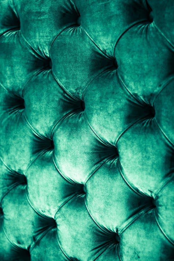 Изумрудный роскошный велюр выстегал драпирование софы с кнопками, элегантной зеленой домашней текстурой и предпосылкой оформления стоковые изображения