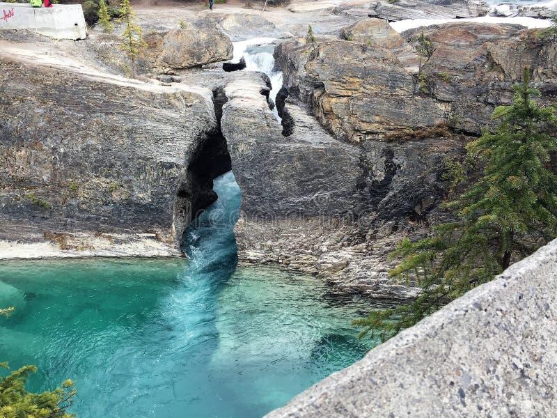 Изумрудный Crevice утеса озера стоковое изображение