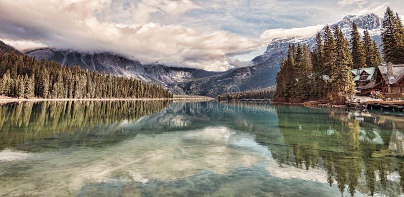 Изумрудные отражения озера стоковые фото