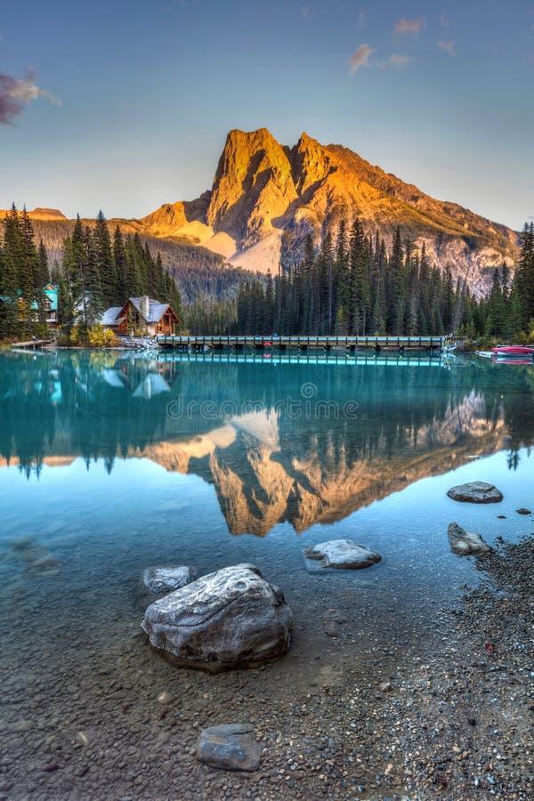 Изумрудный заход солнца озера стоковое изображение