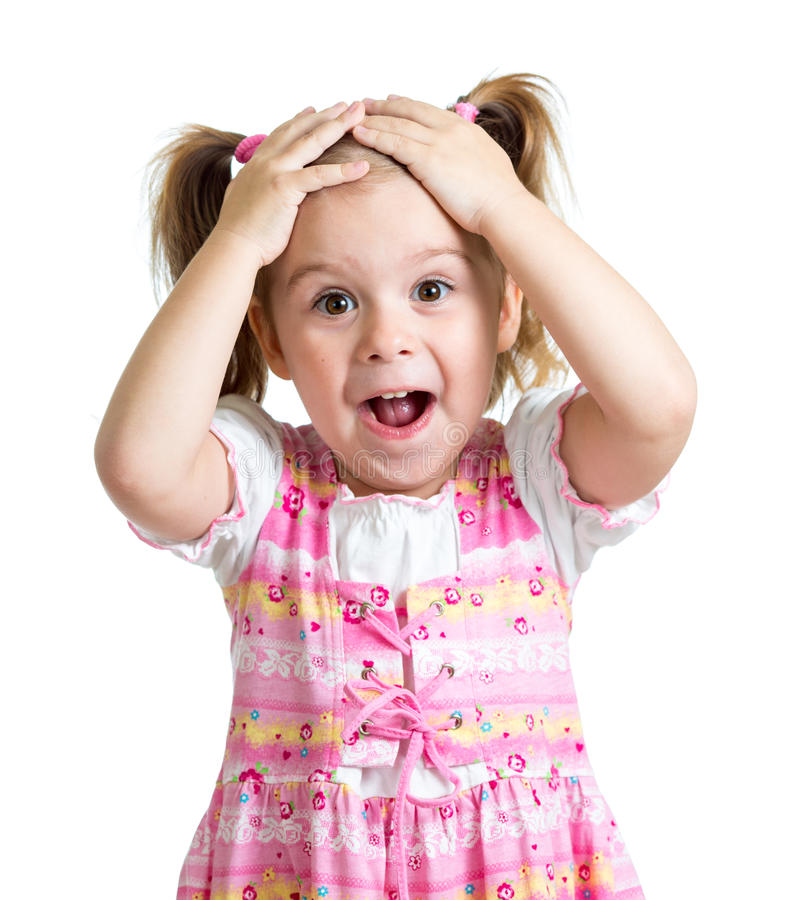 Изумленная или удивленная девушка ребенка вручает держать голову изолированный стоковая фотография rf
