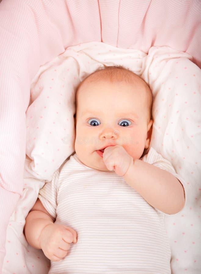 Изумленный младенец в bassinet стоковая фотография rf