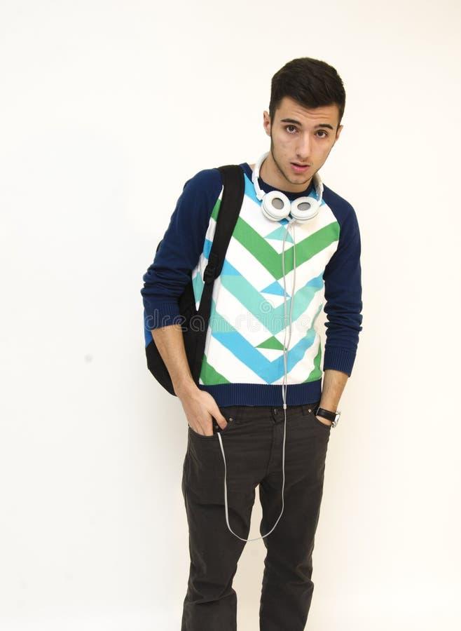 Изумленный подросток носит сумку и носит наушники стоковые фотографии rf