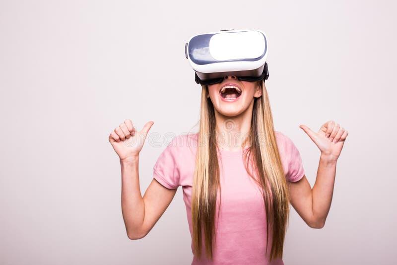 Изумлённые взгляды виртуальной реальности женщины нося стоковое фото rf