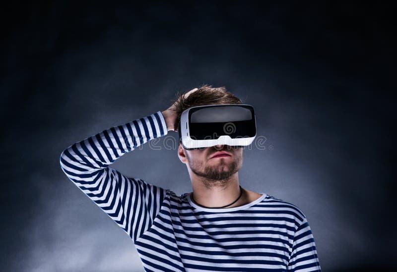 Изумлённые взгляды виртуальной реальности человека нося Съемка студии, черное backgrou стоковое изображение rf
