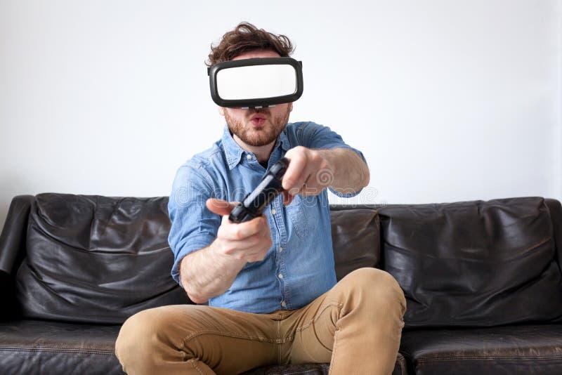 Изумлённые взгляды виртуальной реальности человека нося стоковая фотография
