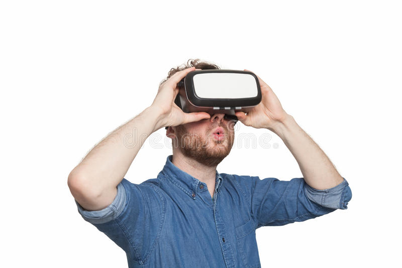 Изумлённые взгляды виртуальной реальности человека нося стоковые изображения