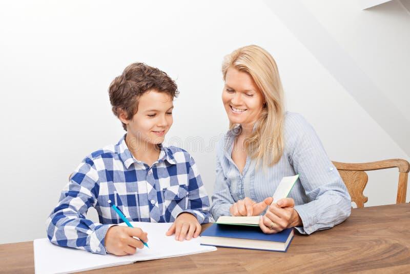 Изучать матери и сына стоковые фотографии rf