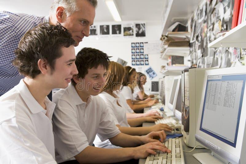 изучать ребенокев школьного возраста рядка компьютеров стоковая фотография rf