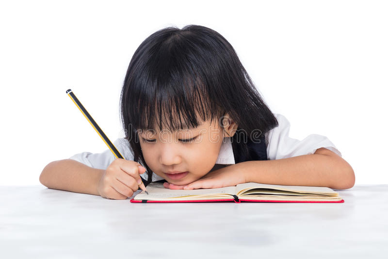 Изучать школьной формы сверлильной азиатской китайской маленькой девочки нося стоковое изображение
