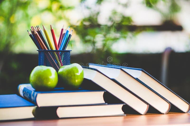 Изучая книги и учебные материалы стоковое изображение rf