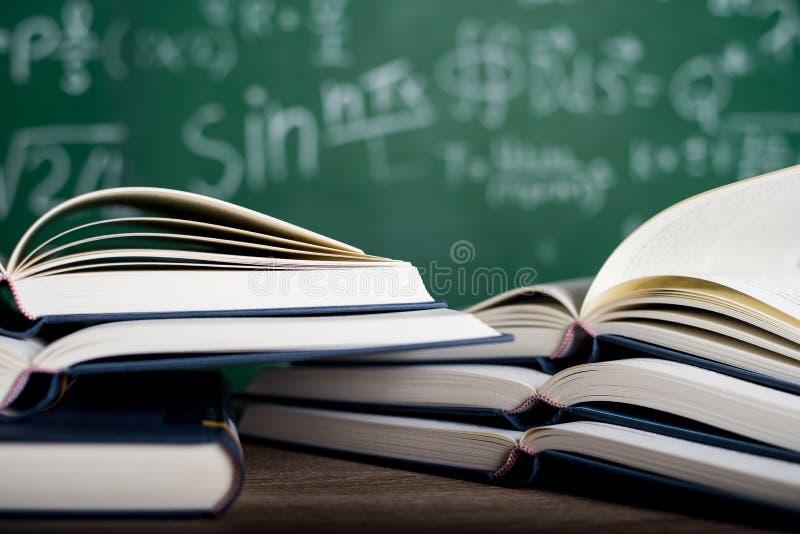 Изучая книги и учебные материалы стоковая фотография