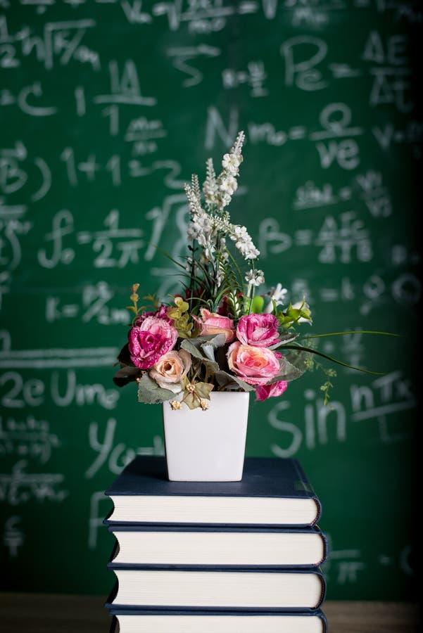 Изучая книги и учебные материалы стоковые изображения
