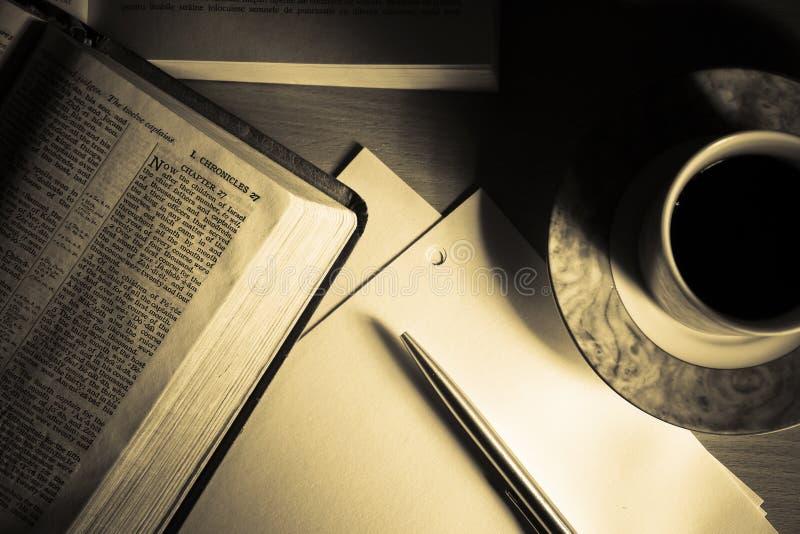 изучение 2 библий стоковые изображения rf