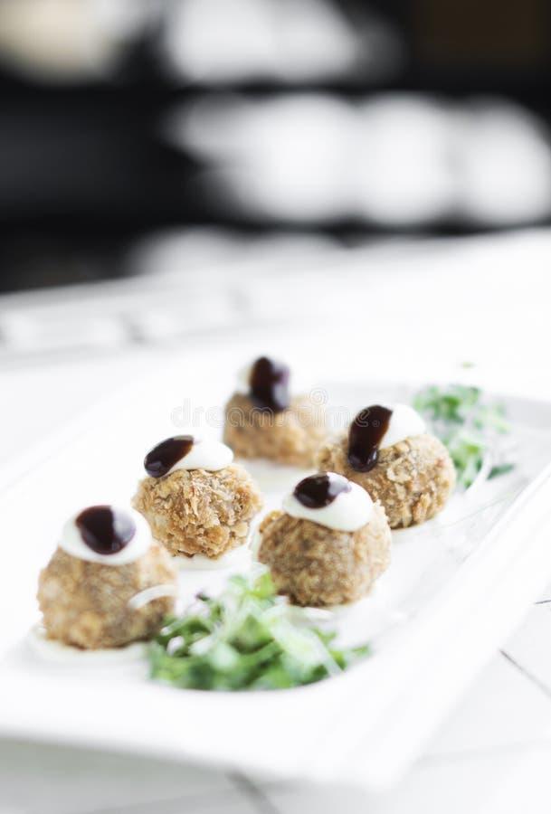Изысканная органическая шотландская закуска стартера яичек триперсток на таблице стоковое изображение
