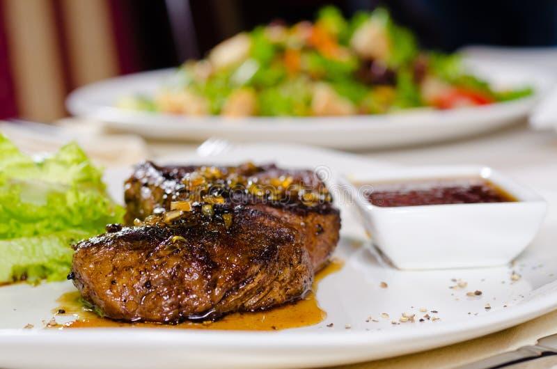 Изысканное нежное сочное зажаренное мясо на белой плите стоковая фотография rf