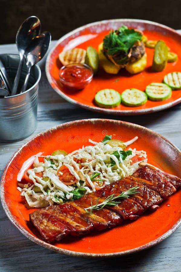 Изысканный ассортимент ед мяса Взгляд со стороны на таблице ресторана с меню вкусного хот-дога, нервюр свинины барбекю, стейка, стоковое изображение