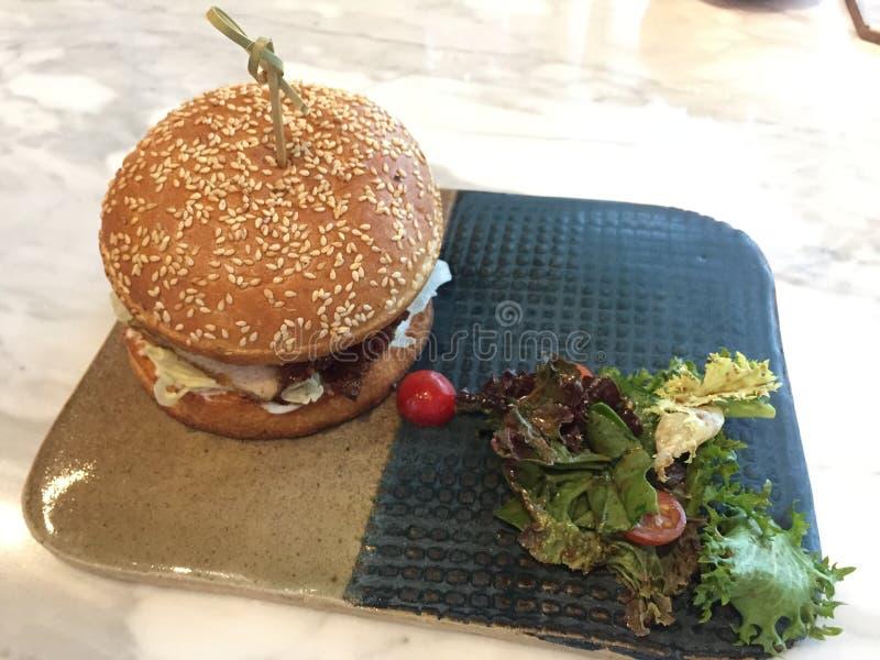 Изысканный бургер - уникальная еда стоковые фотографии rf