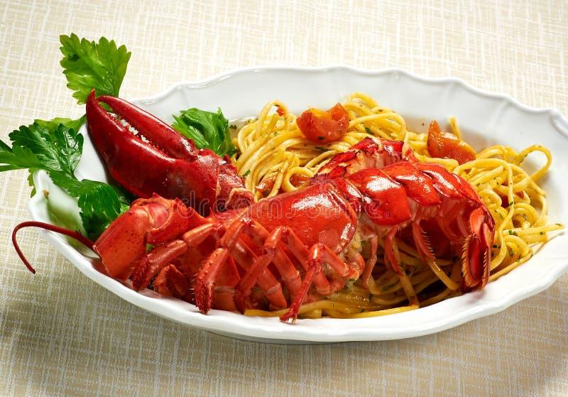 Изысканный вкусный омар с макаронными изделиями Linguine на плите стоковые изображения rf