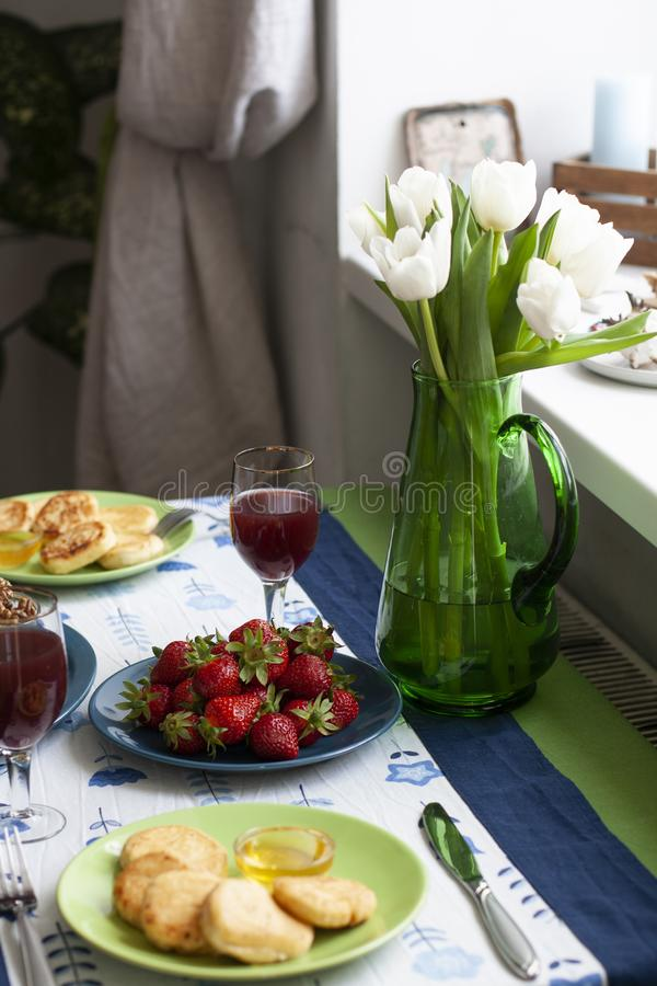 Изысканный завтрак для 2: syrnyky, клубника, сок виноградины и клубника стоковое фото