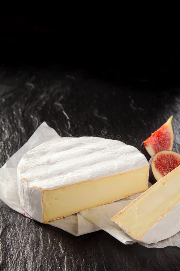 Изысканный зрелый мягкий французский сыр камамбера стоковые фото