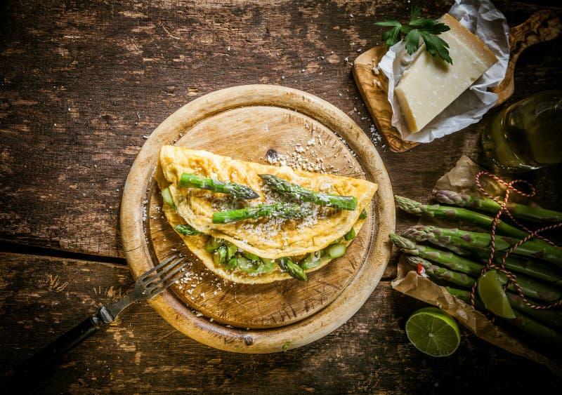 Изысканный омлет яичка с спаржей и сыром стоковая фотография rf