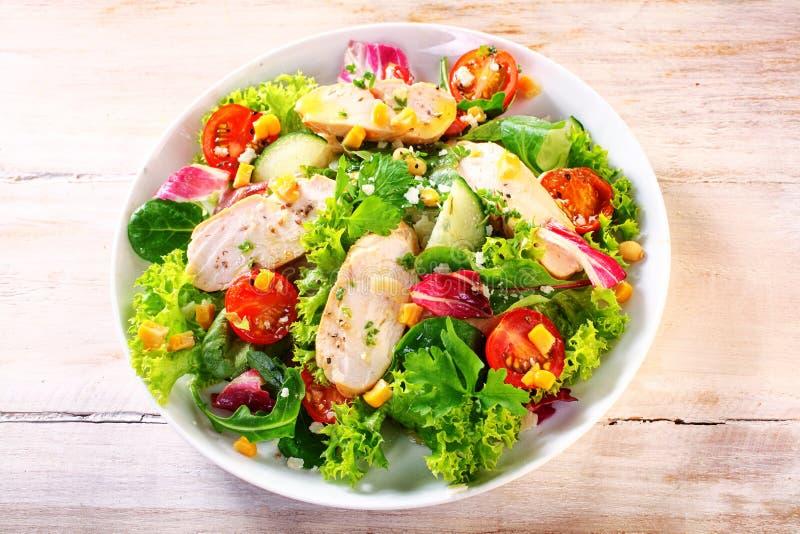 Изысканный салат сада цыпленка на белой плите стоковое изображение