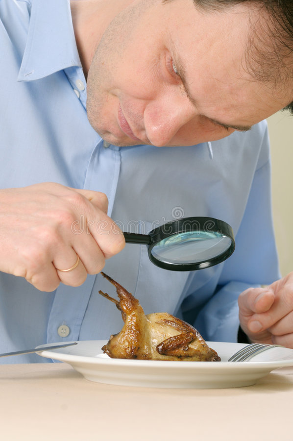 изыскивать плиты человека еды стоковое изображение