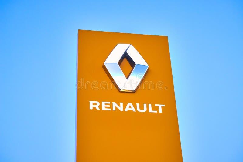 02 из апреля 2019 - Vinnitsa, Украина Выставочный зал логотипа RENAULT на стойке стоковое фото