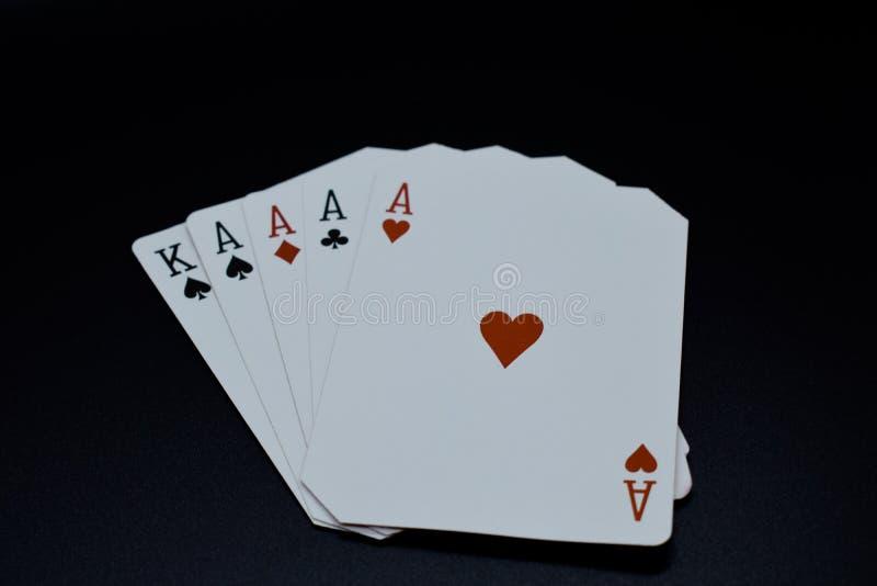 4 из вида тузов в карточках казино покера подлинных с уравновешенной игрой углов на черной предпосылке стоковые фото