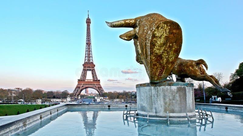 Из окон открывается прекрасный вид на Париж стоковые фото