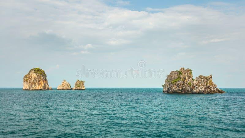 4 из островов малого необжитого karst сотен скалистых стоковая фотография rf