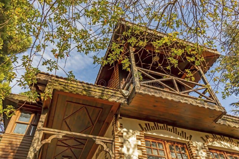 Из старого деревянного дома istanbul, расположенного в районе Бостанча±а, открывается вид на весь район стоковая фотография