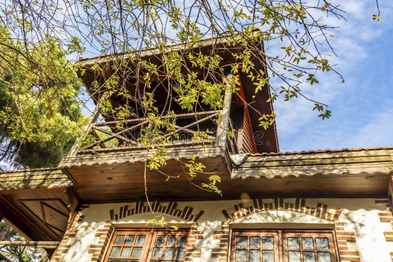 Из старого деревянного дома istanbul, расположенного в районе Бостанча±а, открывается вид на весь район стоковые фотографии rf