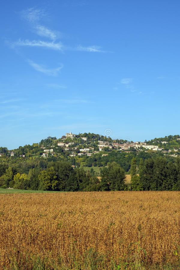 Из укрепленного отеля Penne d`Agenais открывается вид на сельскую местность в районе Лот и Гаронн, Франция стоковое фото rf