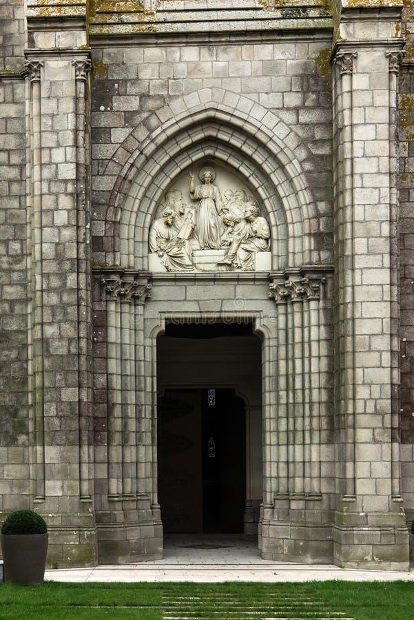 Иисус как премудрость среди ученых, барельеф над часовней двери стоковые фото