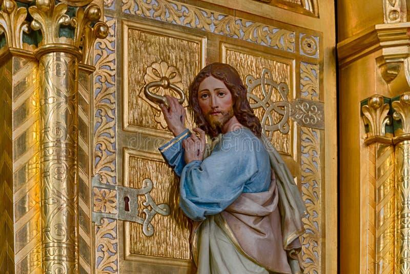 Иисус стоя на двери и стучать стоковое фото