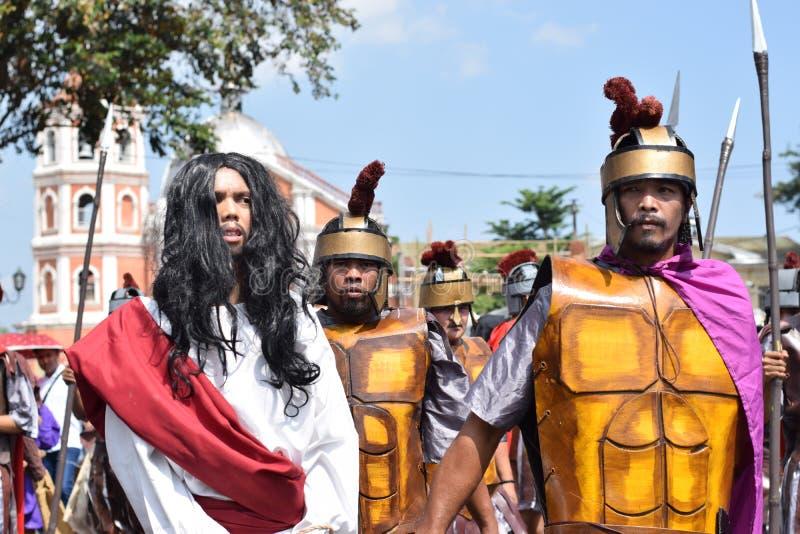 Иисус Христос, который волочат на улице, драма улицы, община празднует страстную пятницу представляя события это привело к распят стоковые фото
