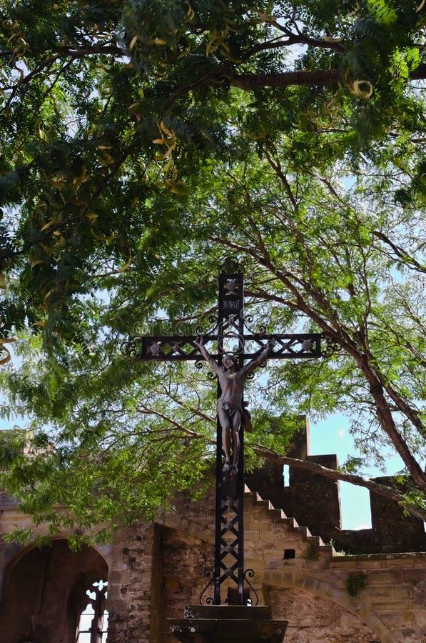 Иисус Христос на кресте внутри средневековый город Каркассона стоковое изображение rf