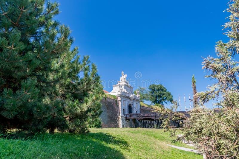 3-ий строб крепости Alba-Каролины на солнечный летний день в Alba Iulia, Румынии стоковые фото