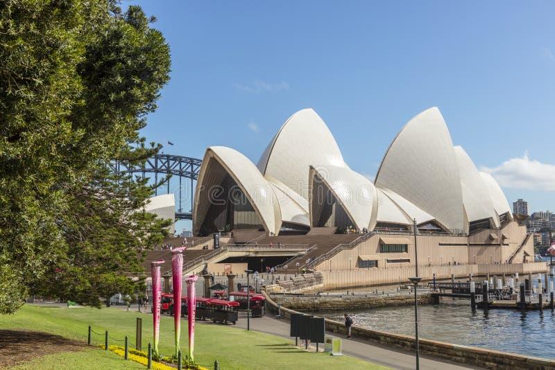 Иконическая архитектура здания оперного театра Сиднея стоковое фото