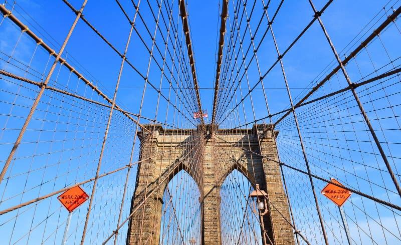 Иконическая конструкция Бруклинского моста, свод и современные картины против голубого неба в Манхэттене, Ney Йорке стоковые фото