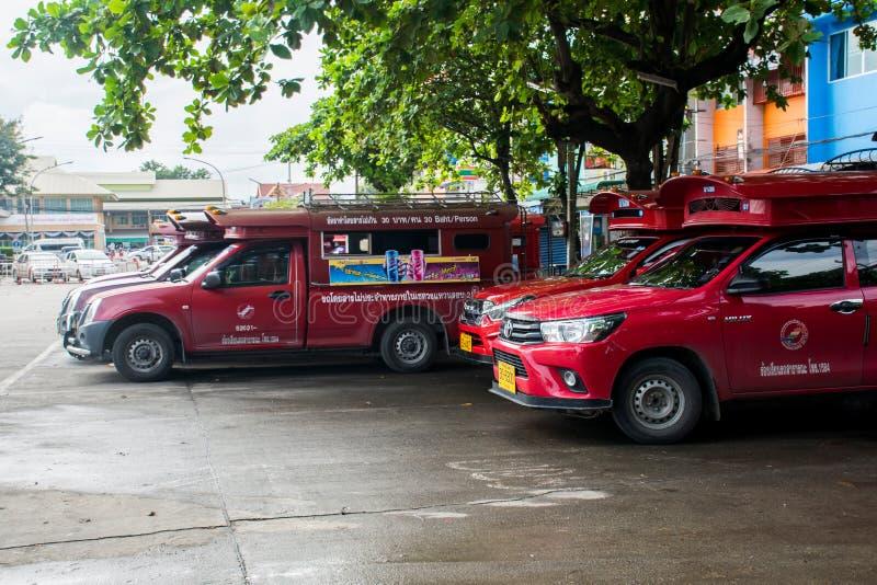 Иконическая традиционная красная тележка ездит на такси припаркованный и ждущ пассажира на автобусной станции аркады в Чиангмае,  стоковая фотография